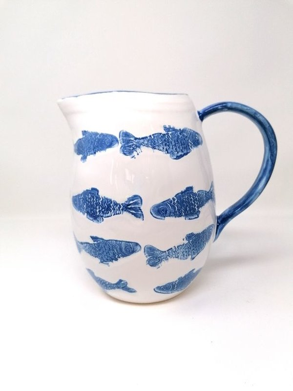Krug Keramik weiss glasiert mit Fischmotiven Meander Design, handgefertigt