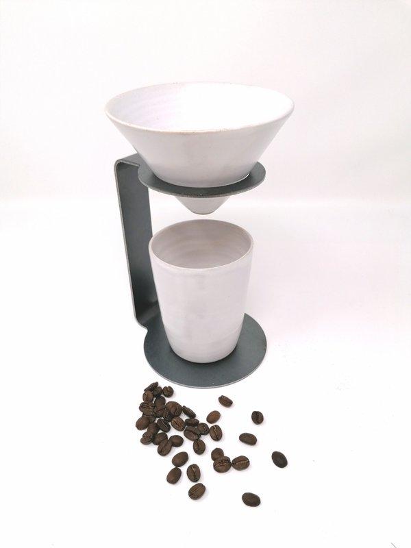 Raumgestalt my Coffee Set von Kaffee Trichter, Tasse & Ständer. Filter + Becher Keramik weiss, Gestell Stahl, Handarbeit
